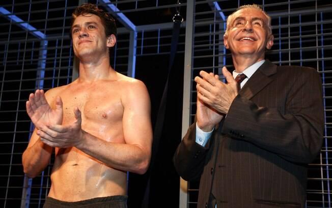 Do palco, os protagonistas Leonardo Miggiorin e Elias Andreato, recebem os aplausos da platéia vip na pré-estreia de