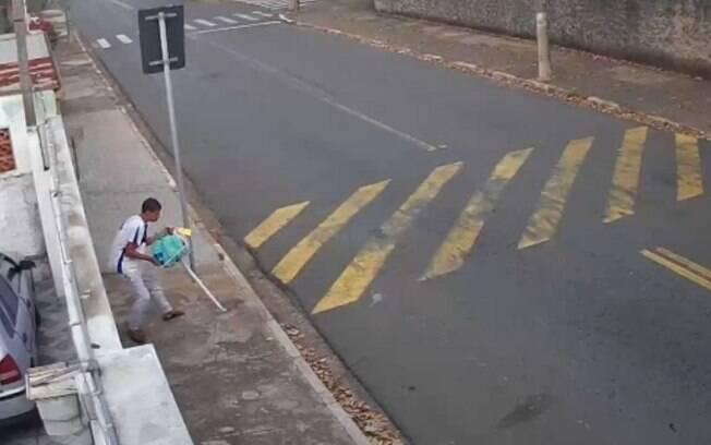 Vídeo: moradora de Campinas denuncia novo furto de lixeira em Campinas