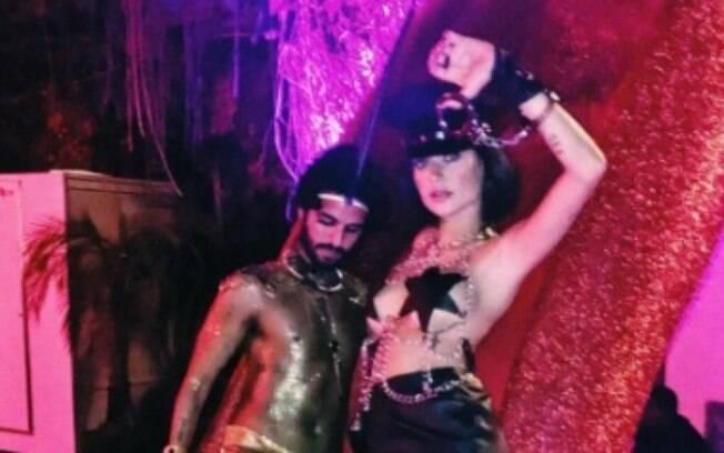 Thaila Ayala rouba a cena com fantasia de policial sexy no carnaval carioca