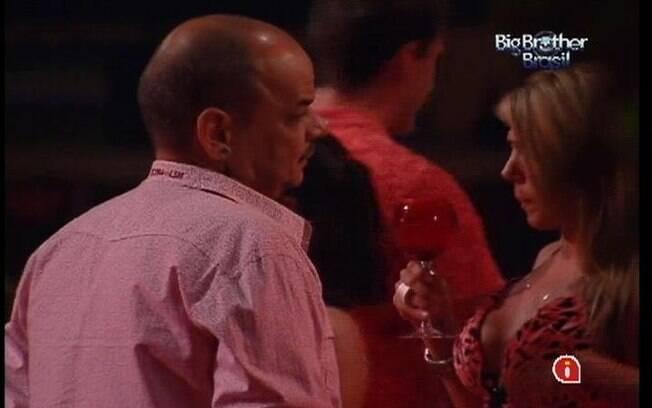 João Carvalho conversa com Fabiana sobre o jogo