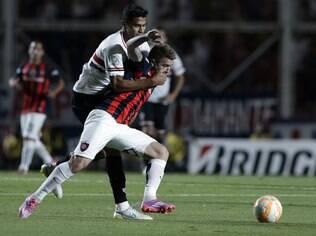 Buffarini e Alan Kardec na partida entre San Lorenzo e São Paulo: vitória dos argentinos