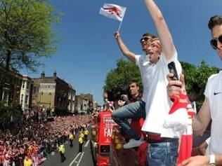 Jogadores do Arsenal comemoraram muito a conquista da taça de campeão pelas ruas da capital inglesa