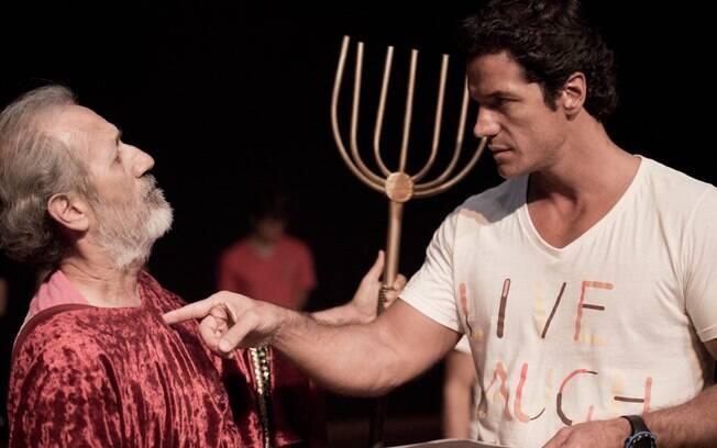 Carlos Machado contracena com Mauri de Castro durante ensaios da peça