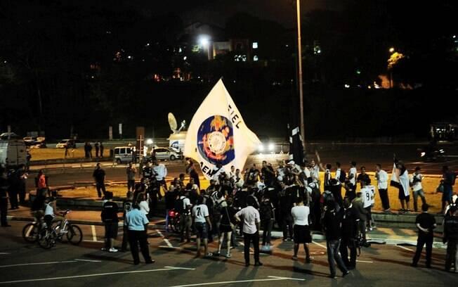 Alguns torcedores do Corinthians se  concentram em frente à praça Charles Müller, antes  do início do jogo
