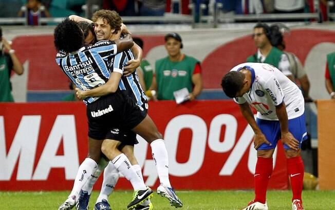 Jogadores do Grêmio comemoram gol na vitória  fora de casa sobre o Bahia