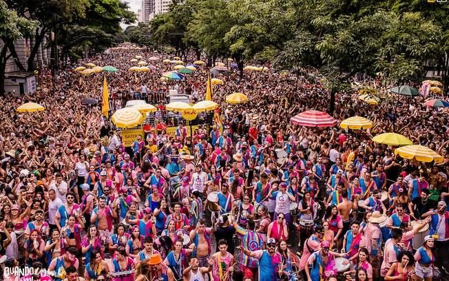 Blocos de carnaval desfilando pelas ruas