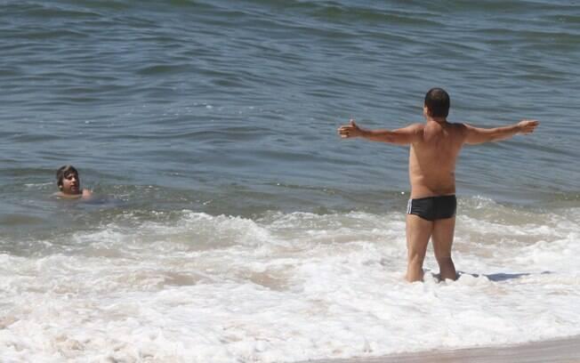 Marcos Frota e Davi se refrescam no mar
