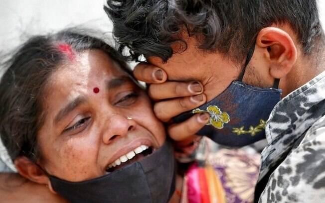 Covid: mesmo em colapso, Índia ainda tem 1/6 da taxa diária de mortes do Brasil após queda