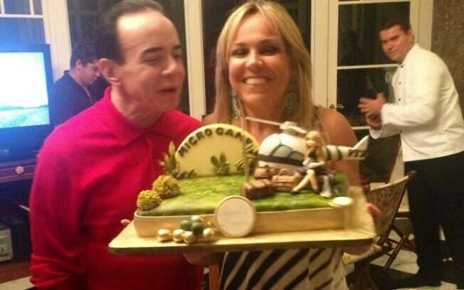 Chiquinho Scarpa mostra bolo de aniversário da mulher, Marlene Tuffi