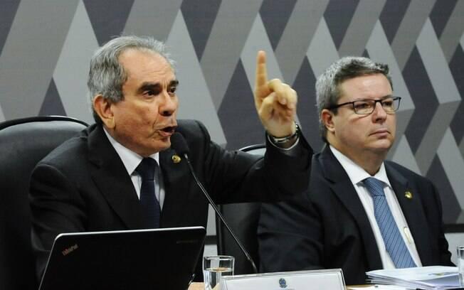 Os senadores Raimundo Lira (PMDB-PB) e Antonio Anastasia (PSBD-MG), presidente e relator da Comissão Especial de Impeachment, respectivamente. Foto: Marcos Oliveira/Agência Senado