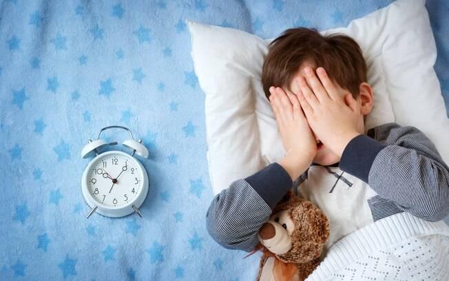 A insônia pode causar problemas de desenvolvimento e crescimento nas crianças.