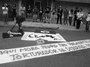 Manifestantes se reuniram desde às 7h na porta da casa do militar acusado de tortura