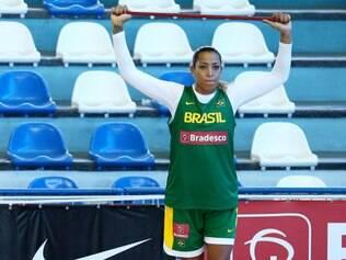 Atleta está prestes a completar 100 jogos vestindo pela seleção brasileira de basquete