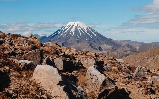 O primeiro na lista de vulcões é o Tongariro, localizado na Nova Zelândia e conhecido pelo esqui nas suas encostas