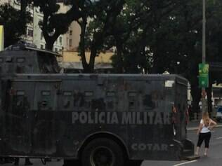 Quando os manifestantes chegaram perto do Maracanã, a Polícia Militar do Rio de Janeiro colocou o caveirão para interditar a rua e garantir a segurança ao
