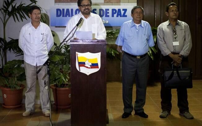 Ivan Marquez, negociador-chefe das FARC, centro, fala aos jornalistas em Cuba (Arquivo)