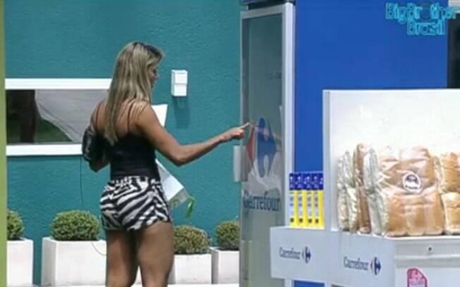 Fabiana pega produtos nas gôndolas