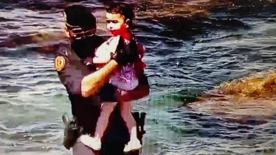 Criança resgatada no mar pela Guarda Civil da Espanha