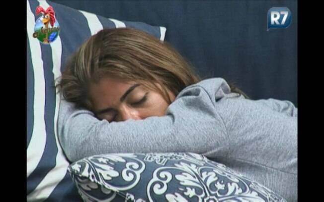 Raquel dorme no sofá