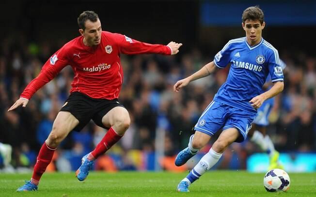 Oscar domina a bola diante da marcação adversária. Brasileiro marcou pelo Chelsea