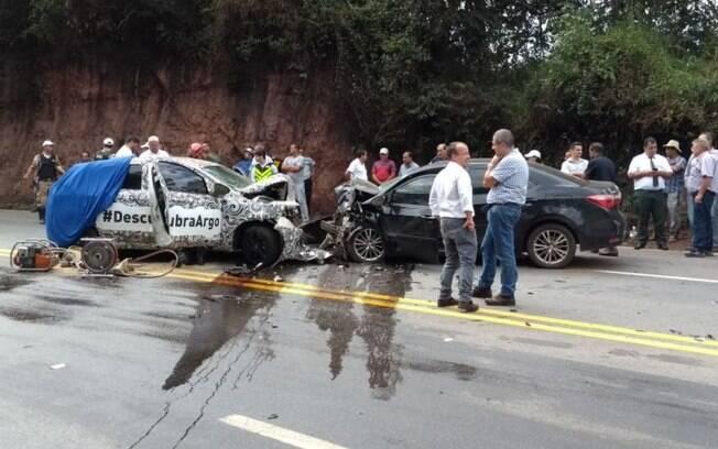 Fiat Argo que fazia parte da frota voltada para a divulgação do lançamento do carro, ainda camuflado, sofre acidente