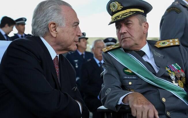 Presidente Michel Temer em conversa com o comandante do Exército Brasileiro, general Villas Bôas