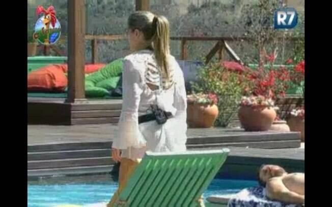 Joana sai da piscina para gravar depoimento para Taciane