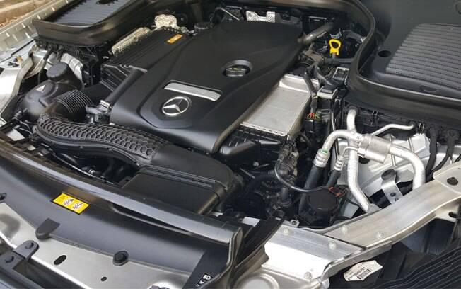 Quatro cilindros, turbo, 211 cv e disposição mais do que suficiente para mover os 1.735 kg do GLC Coupé.