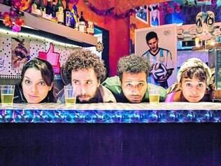 Na mesa do bar. Os atores da Cia. dos Aflitos, que discutem filosofia pop na mesa do boteco