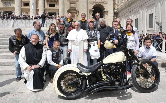 Harley-Davidson exclusiva poderá chegar aos R$ 500 mil no leilão de Bonhams, após o autógrafo do Papa