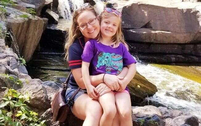 Kelsey Kruse e a filha Autumn, que teria sido morta e torturada pelo pai e a madrasta.