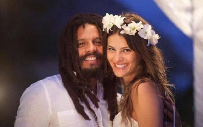 isabeli Fontana e Rohan Marley ficaram noivos no última dia 23 de janeiro, na Jamaica