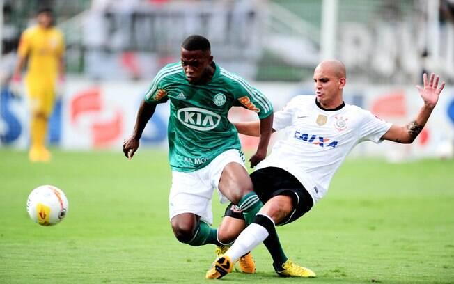 Fábio Santos e Patrick Vieira dividem lance  no Corinthians e Palmeiras deste domingo
