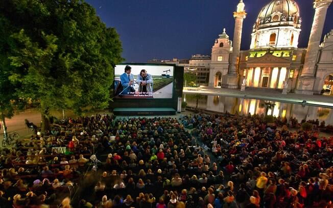 No verão, é armada uma tela de cinema na Karlsplatz. Ingressos são gratuitos