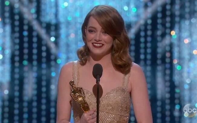 A atriz Emma Stone vence o Oscar por La La Land