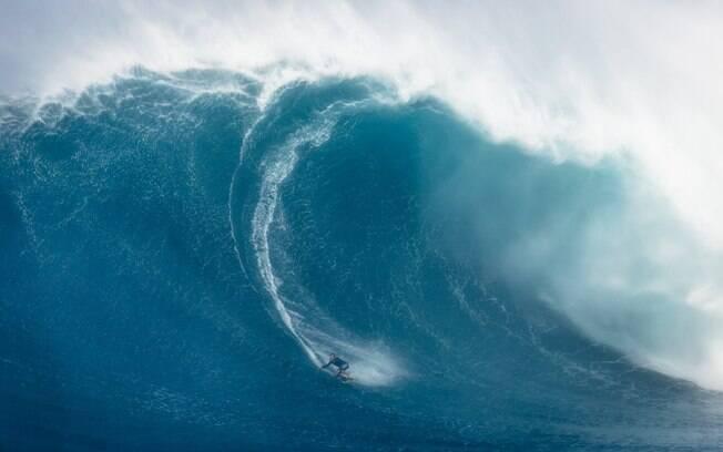 O brasileiro Carlos Burle, de 51 anos, concorre na premiação de maior onda masculina