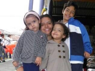 A artesã Camilla incorporou ao dia a dia de sua família atitudes para promover a autoestima dos filhos Theo, Eloah e Isabella
