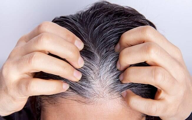 Os cabelos brancos podem sugerir por diversas causas; mas, afinal, o estresse tem relação com a produção desses fios?