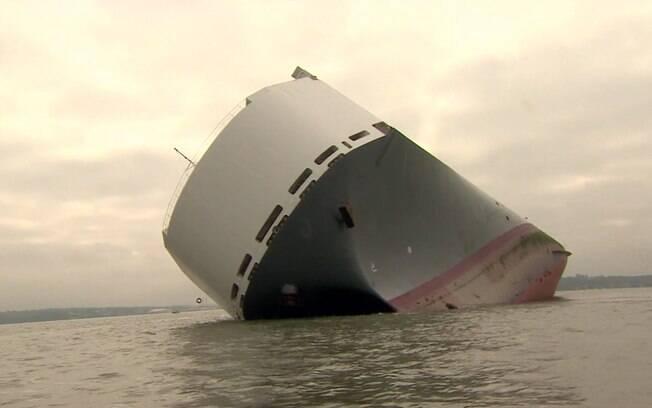 Todos os 25 tripulantes foram resgatados. A embarcação, de 180m de comprimento, pesa 51 mil toneladas