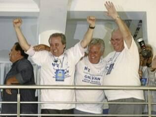 Gilvan Tavares (dir) e Márcio Rodrigues (centro) seguirão à frente do comando da Raposa por mais três anos