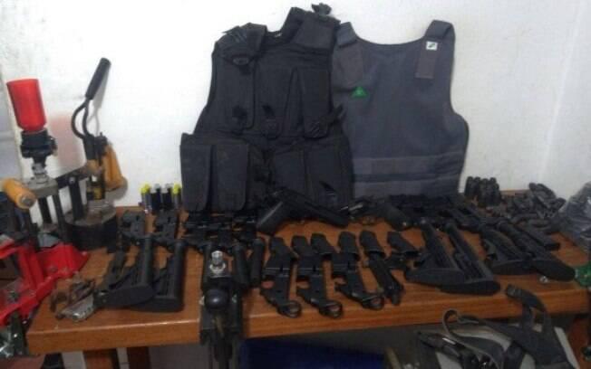 Foram apreendidas armas, 4800 munições, 27 quilos de pólvora e 35 mil cartuchos