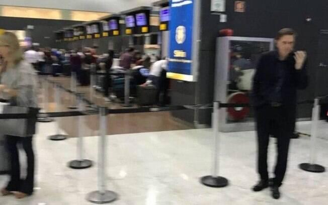 Crivella é visto no aeroporto de Guarulhos enquanto aguarda voo para Alemanha, antes de Carnaval