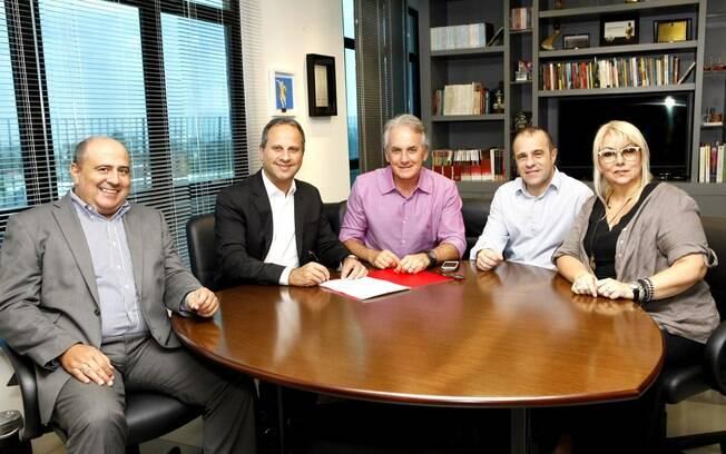 Otávio Mesquita assina contrato com o SBT