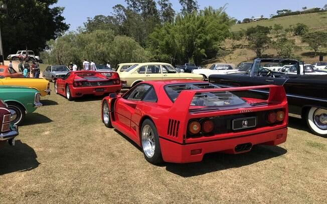 No primeiro plano, a rara Ferrari F40 atrás da F50, dois supercarros icônicos e únicos no Brasil hoje em dia