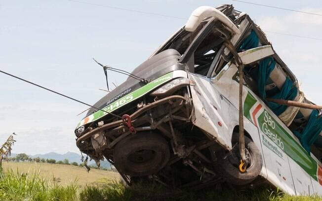 Oito passageiros morreram após ônibus capotar e cair em ribanceira em...                                               </font>                                   <a href=