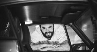 """Sobre a coluna: """"Aos 5, brincava de estacionar a miniatura do Mercedes SL 1980 dourado entre os móveis da casa. Aos 10, foi pego debaixo da mesa lendo o que pensava-se ser revista de mulher pelada, mas era de carros. Aos 16 aprendeu a dirigir e fez da vida do pai um inferno. Aos 18, com a habilitação nas mãos, sentiu que nada podia segurá-lo. Hoje, com 35, é jornalista especializado em automóveis com passagem pelos principais veículos do Brasil, como programa Auto +, Portal G1, Folha de S. Paulo e o próprio iG Carros. Às sextas, dividirá com os leitores desta coluna o que acontece no mágico mundo de carros antigos"""""""
