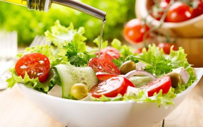 Azeite, sal e vinagre são os temperos clássicos que combinam com quase todos os tipos de salada