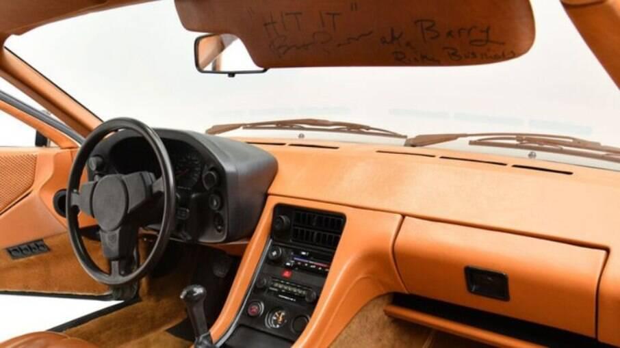 Interior do Porsche 928 de 1979 tem a viseira do lado do passageiro autografada pelo elenco do filme