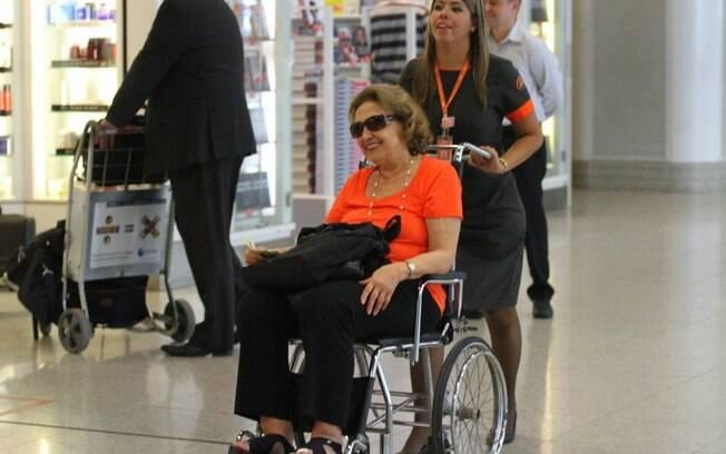 Eva Wilma embarcando no aeroporto Santos Dumont