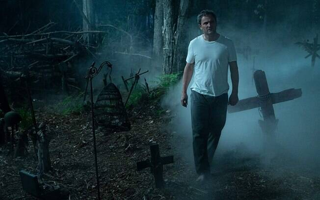 Jason Clarke em cena do filme Cemitério Maldito